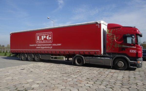 Transport krajowy i międzynarodowy naczepami kurtynowymi